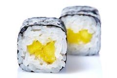 Το παραδοσιακό φρέσκο ιαπωνικό σούσι κυλά σε ένα άσπρο υπόβαθρο, κινηματογράφηση σε πρώτο πλάνο, εκλεκτική εστίαση Στοκ Εικόνα