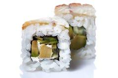 Το παραδοσιακό φρέσκο ιαπωνικό σούσι κυλά σε ένα άσπρο υπόβαθρο, κινηματογράφηση σε πρώτο πλάνο, εκλεκτική εστίαση Στοκ εικόνα με δικαίωμα ελεύθερης χρήσης