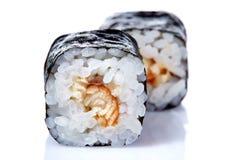 Το παραδοσιακό φρέσκο ιαπωνικό σούσι κυλά σε ένα άσπρο υπόβαθρο, κινηματογράφηση σε πρώτο πλάνο, εκλεκτική εστίαση Στοκ φωτογραφία με δικαίωμα ελεύθερης χρήσης