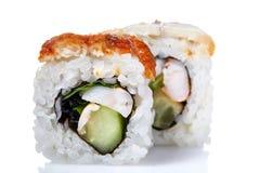 Το παραδοσιακό φρέσκο ιαπωνικό σούσι κυλά σε ένα άσπρο υπόβαθρο, κινηματογράφηση σε πρώτο πλάνο, εκλεκτική εστίαση Στοκ εικόνες με δικαίωμα ελεύθερης χρήσης