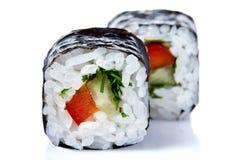 Το παραδοσιακό φρέσκο ιαπωνικό σούσι κυλά σε ένα άσπρο υπόβαθρο, κινηματογράφηση σε πρώτο πλάνο, εκλεκτική εστίαση Στοκ Φωτογραφίες