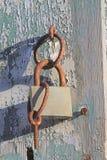 Το παραθυρόφυλλων κλειδαριών σκουριασμένο χρωμάτων ξύλο σκιών δαχτυλιδιών παλαιό στοκ φωτογραφίες με δικαίωμα ελεύθερης χρήσης