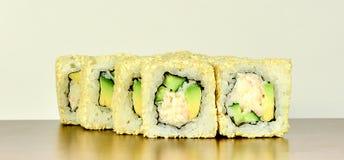 Το παραδοσιακό ιαπωνικό σούσι κυλά Καλιφόρνια με το αβοκάντο και το καβούρι Στοκ φωτογραφία με δικαίωμα ελεύθερης χρήσης