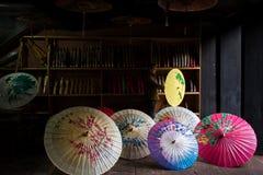 Το παραδοσιακό κινέζικο χρωματίζει την ομπρέλα λαδόχαρτου στοκ εικόνα