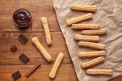Το παραδοσιακό πρόγευμα πολιτισμού της Ισπανίας Churros ή τα γλυκά τρόφιμα ζύμης επιδορπίων ζύμης μεσημεριανού γεύματος τσιμπά Στοκ εικόνα με δικαίωμα ελεύθερης χρήσης