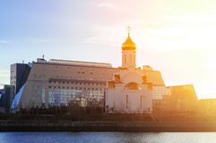 Το παρεκκλησι της ιερής τριάδας της ρωσικής Ορθόδοξης Εκκλησίας και της οικοδόμησης του πανεπιστημίου Surgut στις ακτίνες στοκ εικόνες