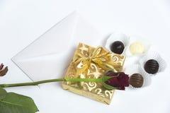 Το παρόν με την επιστολή, κόκκινη αυξήθηκε και σοκολάτα στοκ εικόνες με δικαίωμα ελεύθερης χρήσης