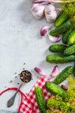 Το παστωμένο επίπεδο αγγουριών αγγουριών βάζει το υπόβαθρο συνταγής Στοκ φωτογραφία με δικαίωμα ελεύθερης χρήσης