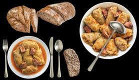 Το παστωμένο λάχανο γέμισε τους ρόλους που εξυπηρετήθηκαν με το σκοτεινό ακέραιο ψωμί που απομονώθηκε στο μαύρο υπόβαθρο Στοκ Εικόνες