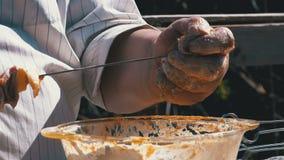 Το παχύ άτομο βάζει το μαριναρισμένο ακατέργαστο κρέας σε ένα οβελίδιο για ένα Shish Kebab στη φύση κίνηση αργή απόθεμα βίντεο