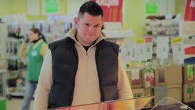 Το παχύ άτομο στην υπεραγορά επιλέγει τα στοιχεία προγευμάτων για τον απόθεμα βίντεο