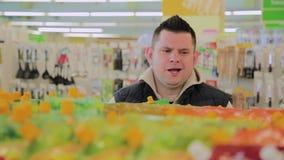 Το παχύ άτομο στην υπεραγορά επιλέγει τα στοιχεία προγευμάτων για τον φιλμ μικρού μήκους