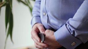 Το παχύ άτομο χαλαρώνει τη ζώνη στο παντελόνι απόθεμα βίντεο