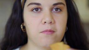 Το παχύ κορίτσι τρώει απόθεμα βίντεο