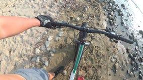 Το παχύ ποδήλατο κάλεσε επίσης fatbike ή ποδήλατο παχύς-ροδών στη θερινή οδήγηση απόθεμα βίντεο