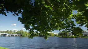 Το παλάτι στην ακτή της λίμνης στο πάρκο Pushkin κοντά στη Αγία Πετρούπολη ακτή της λίμνης στη Αγία Πετρούπολη απόθεμα βίντεο