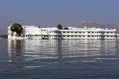 Το παλάτι στη λίμνη. στοκ εικόνες