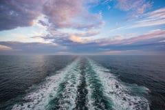 Το παλίνδρομο κύμα της θάλασσας της Βαλτικής στο ηλιοβασίλεμα Στοκ φωτογραφίες με δικαίωμα ελεύθερης χρήσης