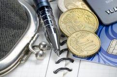 Το παλαιά πορτοφόλι, η μάνδρα, το ημερολόγιο, πιστωτικές οι κάρτες και τα νομίσματα Στοκ εικόνα με δικαίωμα ελεύθερης χρήσης