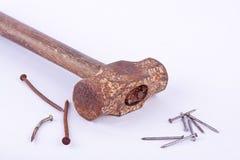 το παλαιές σφυρί και η σκουριά ελκήθρων σκουριάς καρφώνουν το καρφί που χρησιμοποιείται στο άσπρο εργαλείο υποβάθρου που απομονών Στοκ φωτογραφία με δικαίωμα ελεύθερης χρήσης