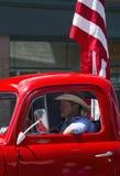 Το παλαιοί κόκκινοι φορτηγό και ο κάουμποϋ οδηγούν στις 4 Ιουλίου, παρέλαση ημέρας της ανεξαρτησίας, Telluride, Κολοράντο, ΗΠΑ Στοκ Φωτογραφία