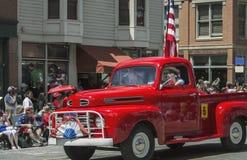 Το παλαιοί κόκκινοι φορτηγό και ο κάουμποϋ οδηγούν στις 4 Ιουλίου, παρέλαση ημέρας της ανεξαρτησίας, Telluride, Κολοράντο, ΗΠΑ Στοκ Εικόνα