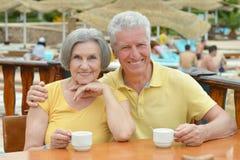 το παλαιότερο ζεύγος πίνει τον καφέ από κοινού Στοκ φωτογραφίες με δικαίωμα ελεύθερης χρήσης