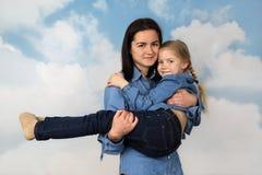 Το παλαιότερο κορίτσι φέρνει τη νεώτερη αδελφή σε ετοιμότητα Στοκ εικόνες με δικαίωμα ελεύθερης χρήσης