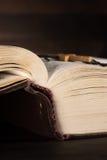 Το παλαιό ανοικτό βιβλίο - η ιερή Βίβλος Στοκ φωτογραφία με δικαίωμα ελεύθερης χρήσης