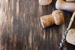 Το παλαιό ανοιχτήρι για το κρασί και το κρασί βουλώνει Στοκ Εικόνες