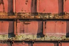 Το παλαιό απορριμμένο κόκκινο που χρωματίστηκε διάβρωσε τις επιπλέουσες δεξαμενές μετάλλων Στοκ Εικόνες