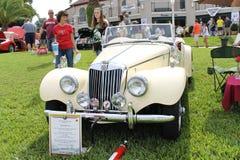 Το παλαιό αυτοκίνητο των MG-1954 στο αυτοκίνητο παρουσιάζει Στοκ εικόνα με δικαίωμα ελεύθερης χρήσης