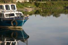 Το παλαιό αλιευτικό σκάφος έδεσε στην αποβάθρα Salleen Στοκ Εικόνες