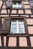 Το παλαιό γαλλικό παράθυρο διακοσμεί στην Αλσατία Στοκ εικόνες με δικαίωμα ελεύθερης χρήσης