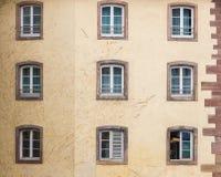 Το παλαιό γαλλικό παράθυρο διακοσμεί στην Αλσατία Στοκ εικόνα με δικαίωμα ελεύθερης χρήσης