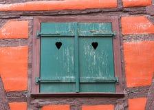 Το παλαιό γαλλικό παράθυρο διακοσμεί στην Αλσατία Στοκ Εικόνα