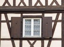 Το παλαιό γαλλικό παράθυρο διακοσμεί στην Αλσατία Στοκ Φωτογραφία
