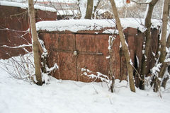 Το παλαιό γκαράζ στο χιόνι Στοκ φωτογραφία με δικαίωμα ελεύθερης χρήσης