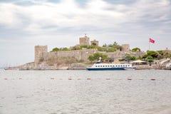 Το παλαιό ενισχυμένο κάστρο Ακτή και λιμάνι με τις βάρκες, άποψη του λιμένα Bodrum Kale, κάστρο Στοκ φωτογραφία με δικαίωμα ελεύθερης χρήσης