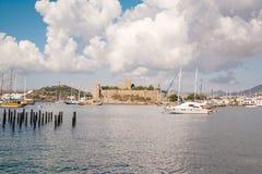 Το παλαιό ενισχυμένο κάστρο Ακτή και λιμάνι με τις βάρκες, άποψη του λιμένα Bodrum Kale, κάστρο Στοκ εικόνες με δικαίωμα ελεύθερης χρήσης