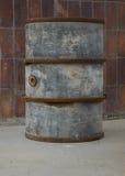 Το παλαιό και σκουριασμένο βαρέλι ενάντια σε έναν τοίχο Στοκ εικόνες με δικαίωμα ελεύθερης χρήσης