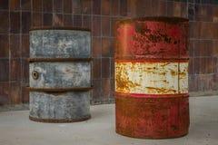 Το παλαιό και σκουριασμένο βαρέλι ενάντια σε έναν τοίχο Στοκ Εικόνες