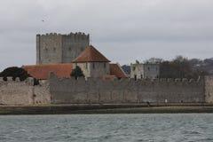 Το παλαιό καλά συντηρημένο κάστρο Portchester μέσα στο Πόρτσμουθ harb Στοκ Φωτογραφίες