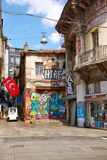 Το παλαιό κτήριο με τη σύγχρονη εικόνα γκράφιτι στη λεωφόρο Istiklal Στοκ εικόνα με δικαίωμα ελεύθερης χρήσης