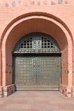Το παλαιό μέταλλο ενίσχυσε τη μεγάλη πόρτα στο φρούριο Στοκ φωτογραφία με δικαίωμα ελεύθερης χρήσης
