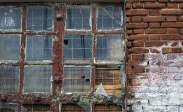 Το παλαιό μεγάλο σπασμένο παράθυρο στοκ εικόνα με δικαίωμα ελεύθερης χρήσης