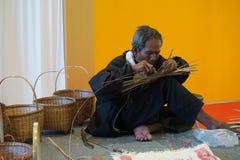 Το παλαιό μπαμπού χεριών σχεδίων ύφανσης ατόμων Στοκ Φωτογραφία
