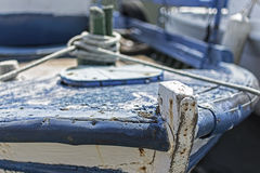 Το παλαιό μπλε χρωμάτισε το ξύλινο αλιευτικό σκάφος που δέθηκε με τα σχοινιά Στοκ φωτογραφία με δικαίωμα ελεύθερης χρήσης