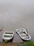 Το παλαιό ξεπερασμένο πλαστικό εξασθενίζει έξω τις βάρκες χρώματος στην ομαλή επιφάνεια νερού Στοκ φωτογραφία με δικαίωμα ελεύθερης χρήσης