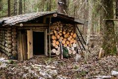 Το παλαιό ξύλινο κυνήγι κατοικεί Στοκ εικόνα με δικαίωμα ελεύθερης χρήσης